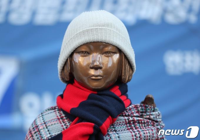 일본 집권당인 자민당 내에서 한국의 위안부 판결에 대항한 조치를 취하자는 목소리가 커지고 있다. 사진은 지난 8일 서울 종로구 옛 일본대사관 앞에 있는 소녀상에 목도리가 둘러져 있는 모습. /사진=뉴스1