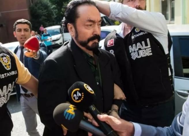 터키 방송에 출연해 사이비 종교를 전도했던 교주가 성범죄와 사기 등의 혐의로 1075년형을 선고받았다. 사진은 체포되고 있는 아드난 옥타르 사이비 종교 교주의 모습. /사진=머니투데이(트위터 캡처)