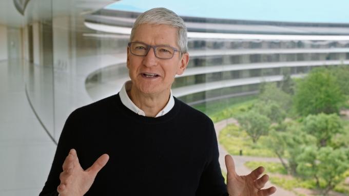 팀 쿡 애플 최고경영자(CEO)가 13일(현지시각) 유색인종 차별을 해소하자는 취지의 새 프로젝트를 발표했다. /사진=로이터