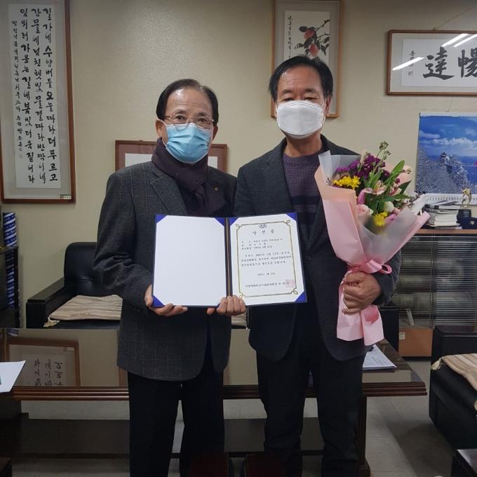 의령문화원은 14일 성수현 원장(사진 오른쪽)의 단독 입후보로 당선이 결정돼 의령문화원 선거관리위원회가 당선증을 교부했다./사진=의령문화원 제공.