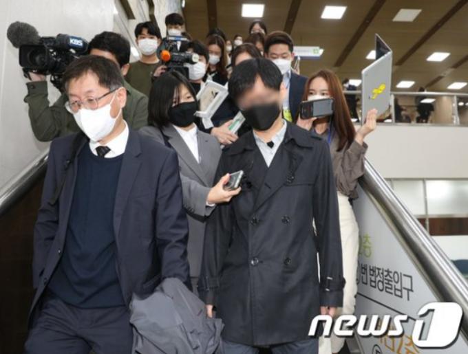 동료 직원을 성폭행한 혐의를 받는 전직 서울시장 비서실 직원(앞쪽 오른쪽)이 1심에서 징역 3년6개월을 선고받았다. /사진=뉴스1