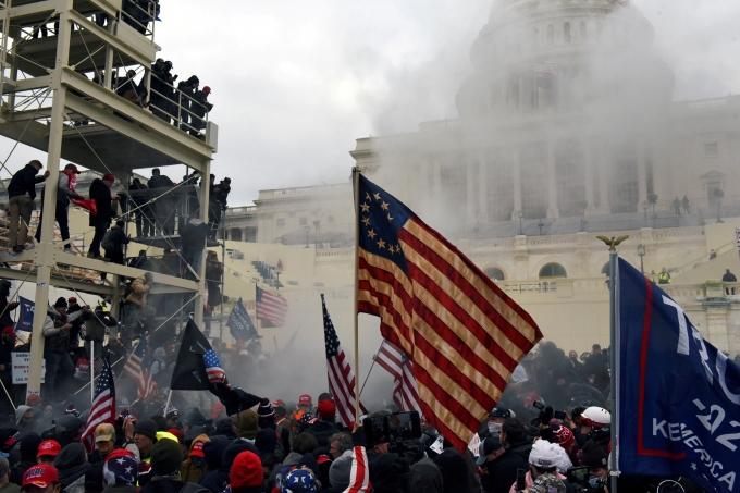 도널드 트럼프 미국 대통령 지지자들의 의사당 난입 사태로 미국 연방의회 의원 60명이 코로나에 감염됐다. 사진은 지난 6일 친트럼프 시위대가 의사당에 난입하는 모습. /사진=로이터