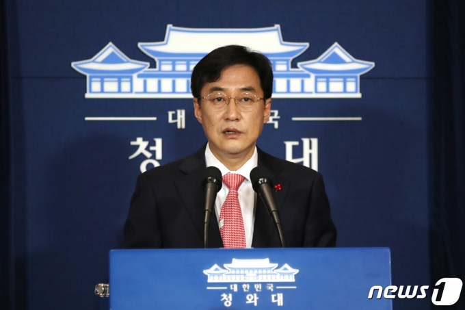 강민석 청와대 대변인이 14일 오후 청와대 춘추관에서 박근혜 전 대통령에 대한 대법원의 유죄 확정판결 관련 브리핑을 했다. /사진=뉴스1