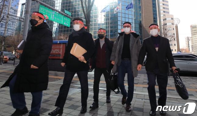 최창석 위원장을 비롯한 기업은행 디스커버리펀드 사기피해대책위 관계자들이 14일 오후 기업은행과의 간담회에 참석하기 위해 서울 중구 IBK파이낸스타워에 들어서고 있다./사진=뉴시스