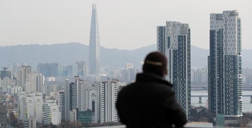 한국부동산원이 14일 발표한 '2021년 1월 2주 전국 주간 아파트 가격 동향'에 따르면 서울 아파트값 상승률은 0.07%로 전주보다 0.01%포인트(p) 상승폭이 확대됐다. 서울 아파트값은 지난해 6월 둘째 주 이후 32주 연속 상승세다. 아울러 상승률은 지난해 7·10 대책 발표 직후인 7월 둘째 주(0.09%) 이후 가장 높은 수준이다. /사진=뉴스1
