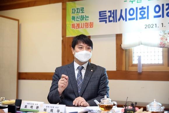 '4개 특례시의회 의장협의회' 초대회장으로 추대된 수원시의회 조석환 의장. / 사진제공=수원시의회