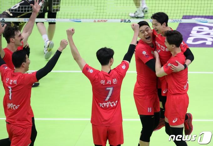 [사진] 얼싸안고 기뻐하는 한국전력