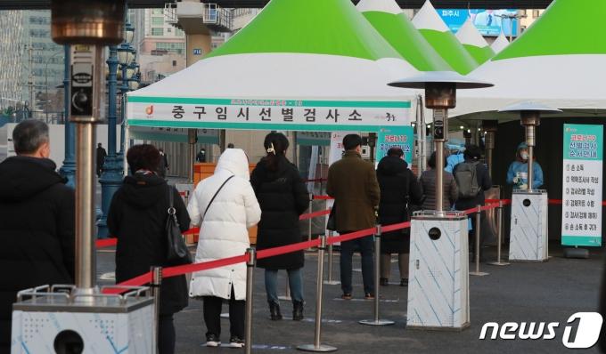14일 오전 서울역 광장에 마련된 신종 코로나바이러스 감염증(코로나19) 임시선별진료소에서 시민들이 검사를 기다리고 있다. 2021.1.14/뉴스1 © News1 구윤성 기자