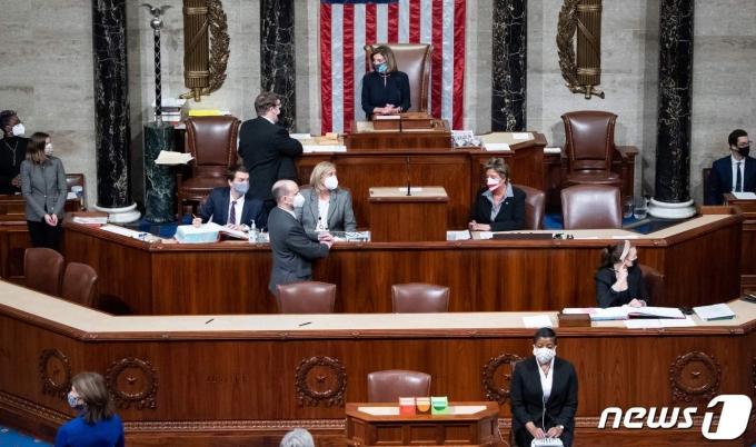 낸시 펠로시 미국 하원의장이 13일(현지시간) 워싱턴 의사당의 하원에서 도널드 트럼프 미국 대통령에 대한 탄핵소추안의 표결을 주재하고 있다. © AFP=뉴스1 © News1 우동명 기자