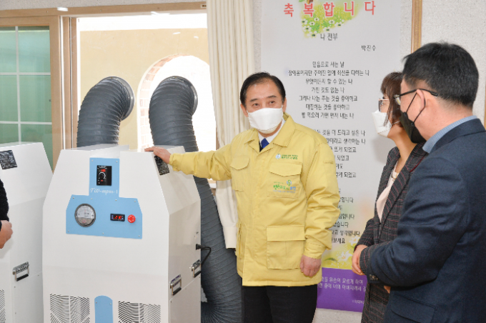 ㈜트윈(대표 서광수)이 포천시에 친환경 의료용 이동형 음압기 2대(840만원 상당)를 포천시에 기탁했다고 15일 밝혔다. / 사진제공=포천시