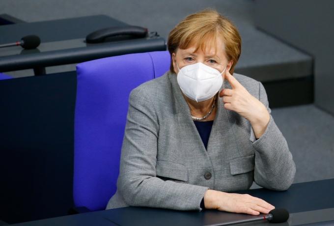 독일의 코로나19 누적 확진자가 200만명을 넘으면서 앙겔라 메르켈 독일 총리는 봉쇄 조치를 더욱 강화하라고 지시했다. 사진은 메르켈 총리가 베를린에서 열린 코로나19 백신 접종에 관한 회의에 참석한 모습. /사진=로이터