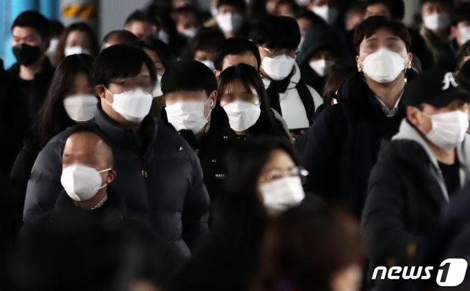 신축년 새해 첫 출근일인 4일 오전 서울 구로구 신도림역에서 시민들이 마스크를 쓴 채 출근길 발걸음을 옮기고 있다. 2021.1.4/뉴스1 © News1 오대일 기자