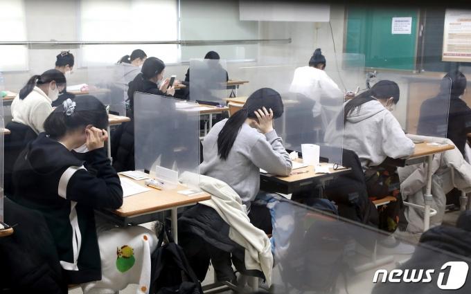 2021학년도 대학수학능력시험이 실시된 3일 오전 대전교육청 제27지구 제13시험장이 마련된 괴정고등학교에서 수험생들이 시험 시작을 기다리고 있다. (대전교육청 제공) 2020.12.3/뉴스1 &c