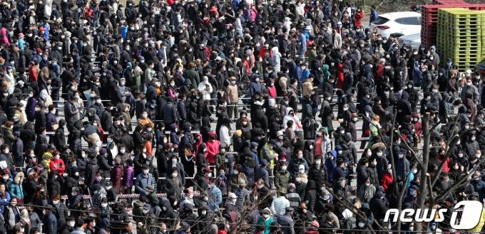 충북 청주시 상당구 용암동 농협하나로마트에서 마스크를 구입하려는 시민들이 줄지어 서 있다. 2020.3.2/뉴스1 © News1 김용빈 기자