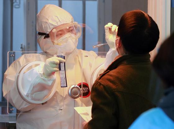 국내 신종 코로나바이러스 감염증(코로나19) 확진자가 닷새 연속 500명대를 유지했다. /사진=뉴스1