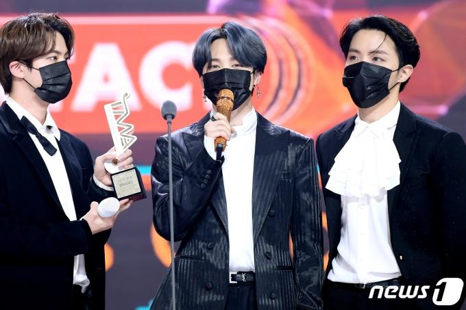 방탄소년단(BTS)의 지민(가운데) 12일 오후 온택트로 진행된 '2020 더팩트 뮤직 어워즈(THE FACT MUSIC AWARDS, TMA)'에 참석해 리스너스 초이스상을 수상한 뒤 소감을 밝히고 있다./사진=뉴스1