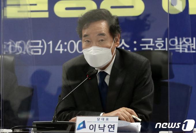 이낙연 더불어민주당 대표가 15일 오후 서울 여의도 국회 의원회관에서 열린 포스트코로나 불평등해소TF 1차회의에서 모두발언을 하고 있다 2021.1.15/뉴스1 © News1 박세연 기자