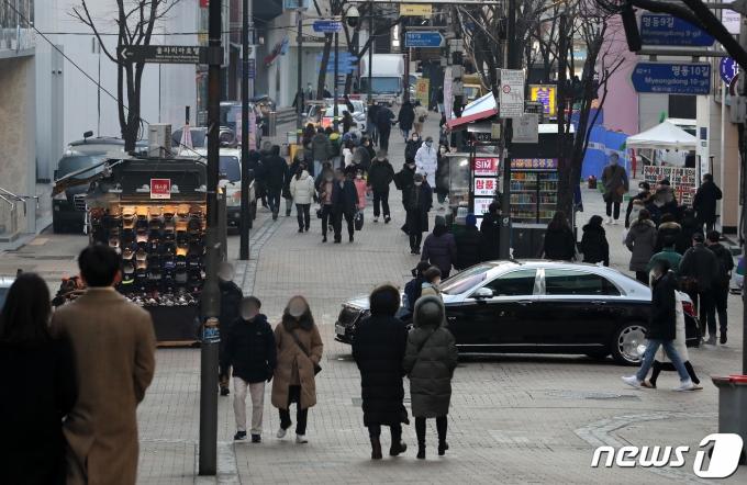 정부가 수도권 거리두기 2.5단계·비수도권 2단계를 2주간 연장하기로 한 16일 서울 중구 명동 거리에서 시민들이 오가고 있다./뉴스1 © News1 이동해 기자