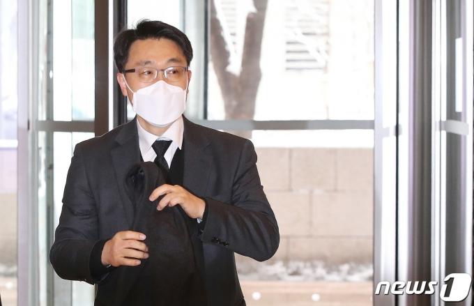 김진욱 고위공직자범죄수사처(공수처) 처장 후보자가 13일 오전 서울 종로구의 한 빌딩에 마련된 인사청문회 준비단 사무실로 출근하고 있다. 2021.1.13/뉴스1 © News1 박정호 기자