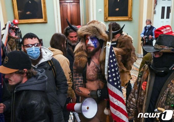 지난 6일(현지시간) 미국 워싱턴DC 연방 의회 의사당에 난입한 제이콥 챈슬리. © AFP=뉴스1