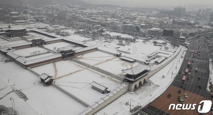 지난 13일 오전 서울 광화문 경복궁 일대가 전날 내린 폭설로 새하얀 눈 이불을 덮고 있다. 2021.1.13/뉴스1 © News1 박정호 기자
