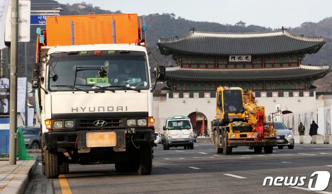 대설 예비특보가 발령된 17일 오후 서울 종로구 광화문광장 인근에 제설차량이 비상 대기하고 있다. 2021.1.17/뉴스1 © News1 오대일 기자