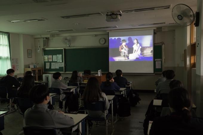 온라인 공연이 급증하면서 앞으로의 전망에도 관심이 집중된다. 사진은 서울 양천구 신남중학교에서 학생들이 뮤지컬 '환경마을'을 온라인으로 시청하는 모습. /사진=뉴스1