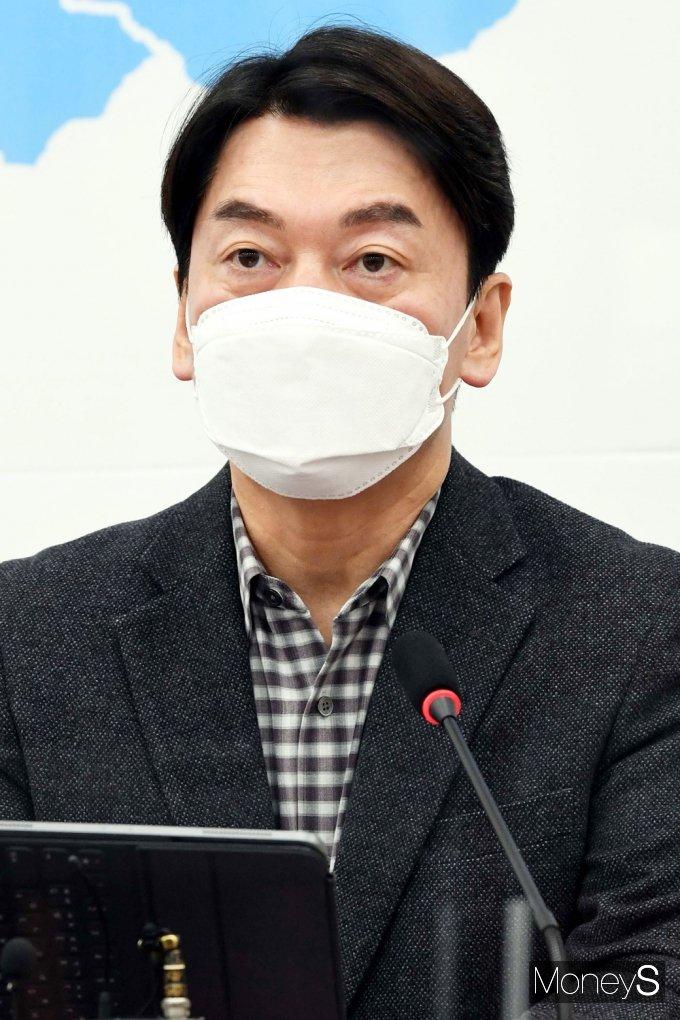[머니S포토] 국민의당 안철수, 조민 의사 국시 통과 논란 발언