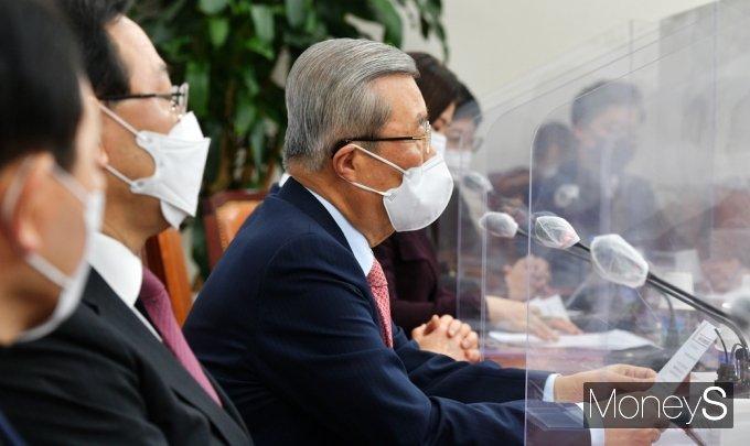 [머니S포토] 재난지원금 관련 발언하는 김종인 비대위