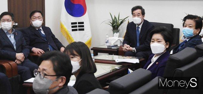 [머니S포토] 문재인 대통령 신년기자회견 시청하는 민주당 지도부