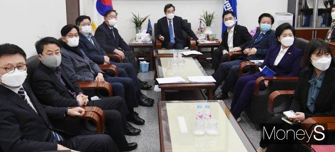 [머니S포토] 이명박·박근혜 사면 문재인 대통령 입장듣는 민주당