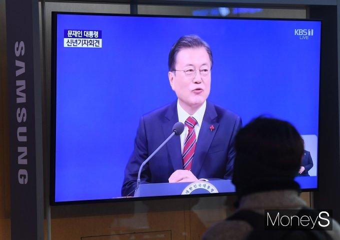18일 서울 중구 서울역 대합실에서 시민들이 문재인 대통령의 기자회견을 TV를 통해 지켜보고 있다. /사진=장동규 기자