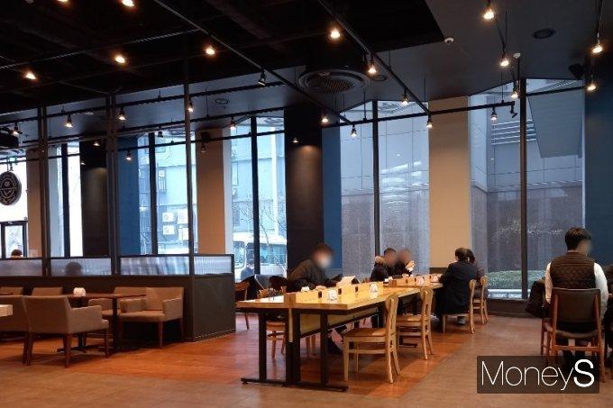 18일 카페 매장 내 취식이 허용되자 카페에서 공부하는 '카공족'이 다시 등장했다. /사진=김경은 기자