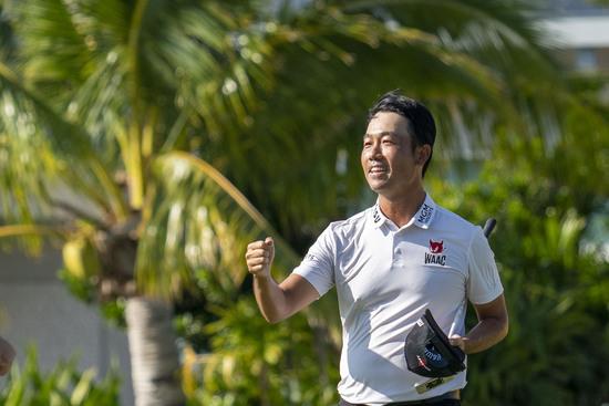 프로골퍼 케빈 나가 18일(한국시간) 미국 하와이주 호놀룰루의 와이알레이CC에서 열린 PGA투어 소니오픈 최종 4라운드에서 우승을 확정지은 뒤 기뻐하고 있다. /사진=로이터