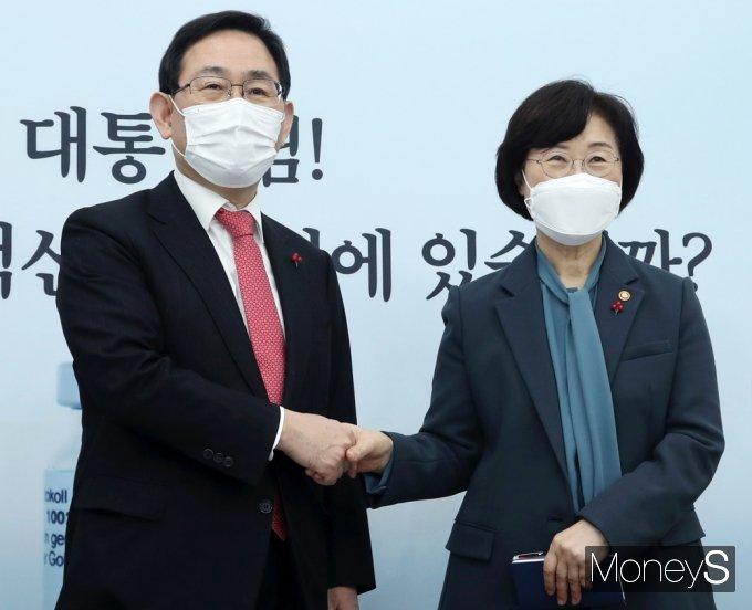 [머니S포토] 주호영 원내대표 예방한 정영애 장관