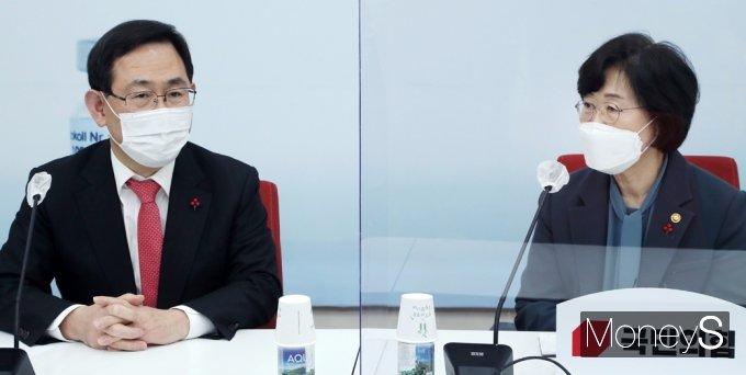 [머니S포토] 정영애 여가부 장관, 주호영 원내대표 예방 가운데...
