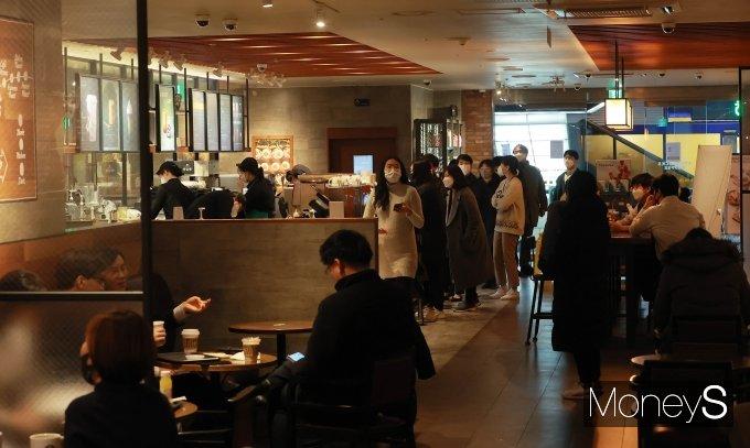 [머니S포토] 카페 매장 내 취식 허용 첫날