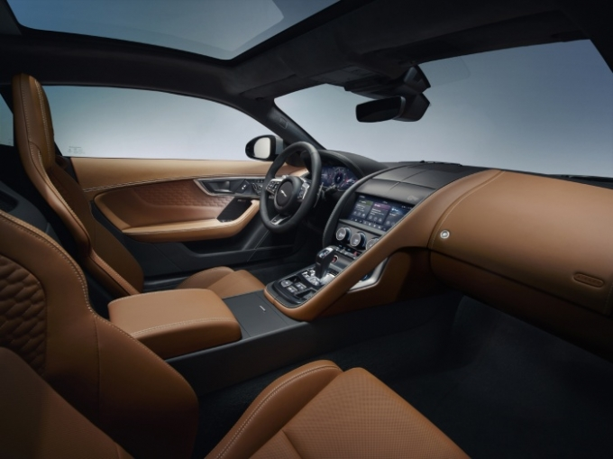 인테리어는 운전자 집중적인 콕핏 구조를 채택했으며 최고급 윈저 가죽 및 새틴 마감, 노블 크롬과 같은 현대적인 소재가 결합된 게 특징이다. /사진제공=재규어
