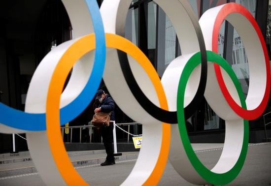일본 정부가 도쿄올림픽 재연기 계획을 논의하고 있는 것으로 알려졌다. 사진은 지난 8일(현지시각) 일본 도쿄의 올림픽링의 모습. /사진=로이터