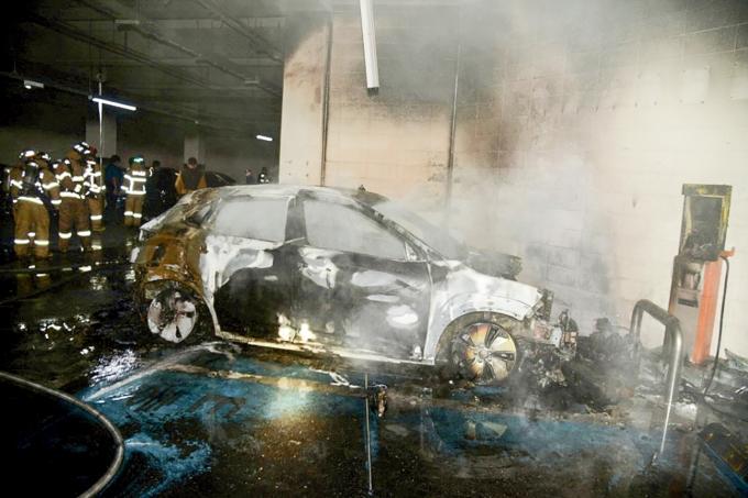 인기 전기자동차의 글로벌 리콜을 둘러싼 의혹이 점점 커지고 있다. 배터리 부위에서 화재가 잇따랐음에도 그 원인과 책임을 두고 당사자인 자동차 제조사와 배터리 제조사의 공방이 이어지면서 애꿎은 전기차 운전자의 불안만 커지는 상황이다. 대구에서 발생한 코나EV 화재 현장./사진=로이터