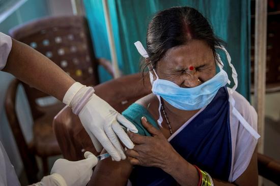 인도, 코로나 백신 접종 첫 날 '부작용 51건'