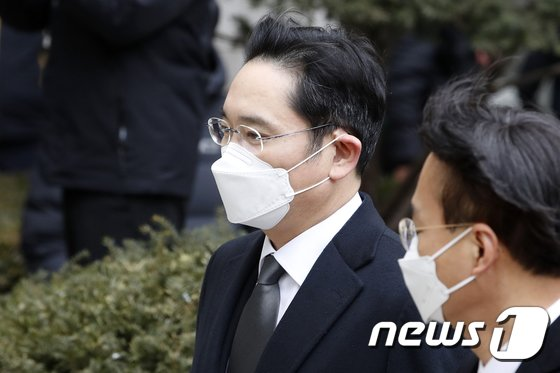 국정농단 공모 혐의로 넘겨진 이재용 삼성전자 부회장의 법정 구속 소식에  삼성 그룹주 주가 전날 일제히 약세를 보였다./사진=뉴스1