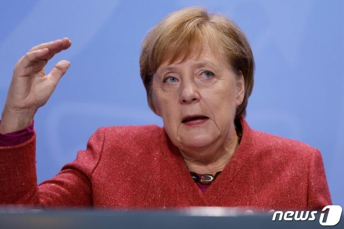앙겔라 메르켈 독일 총리가 베를린에서 16개 주 총리들과 코로나19 방역 관련 화상회의서 발언을 하고 있다. © AFP=뉴스1 © News1 우동명 기자