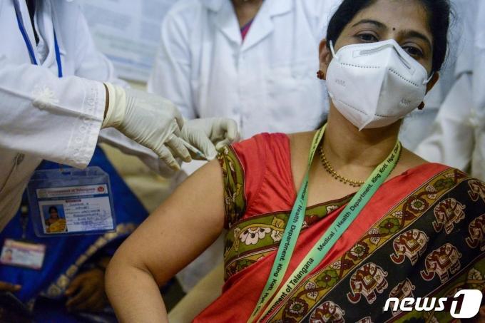 지난 16일 인도 텔랑가나주 하이데라바드의 킹코티 병원에서 의료진이 코로나19 백신을 맞고 있다. © AFP=뉴스1