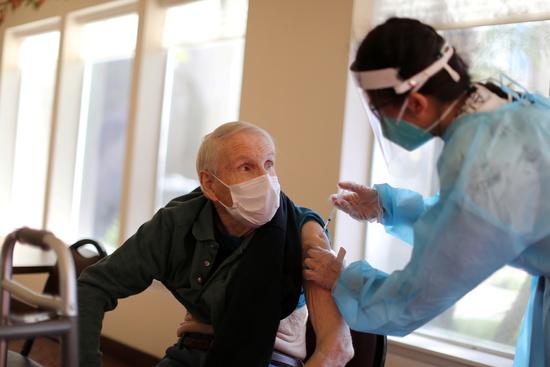 미국 캘리포니아주에서 덴마크발 변이 바이러스가 확산하고 있다. 사진은 지난 15일 미국 캘리포니아 주 레드랜드의 미션 커먼즈에서 한 시민이 코로나19 백신을 맞는 모습. /사진=뉴스1(로이터)