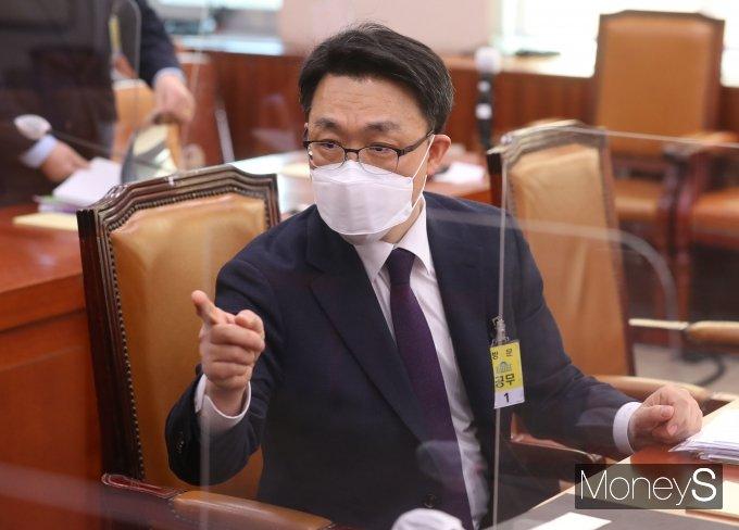 김진욱 초대 공수처장 후보자가 19일 국회에서 열린 인사청문회에 출석해 관계자와 대화를 나누고 있다. /사진=임한별 기자