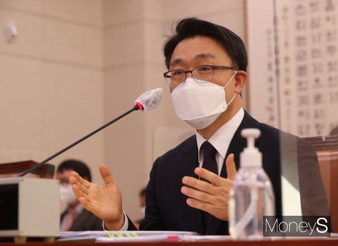 김진욱 고위공직자범죄수사처장 후보자가 19일 국회에서 열린 인사청문회에서 의원들의 질의에 답하고 있다. /사진=임한별 기자