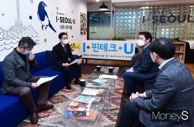 [머니S포토] 4.7 재보궐 출마 '우상호' 서울핀테크랩 현장 방문