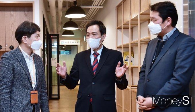 [머니S포토] 서울 핀테크랩 현장, 대화 나누는 '우상호'
