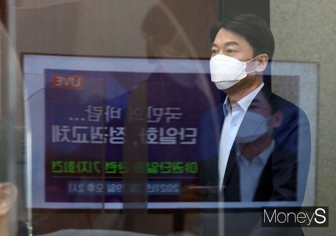 [머니S포토] 야권단일화 관련 기자회견 참석하는 안철수 대표